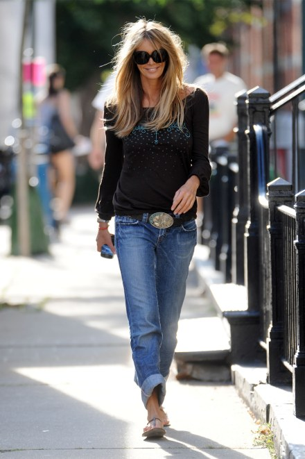 Elle-Macpherson-street-style-jeans-fashion