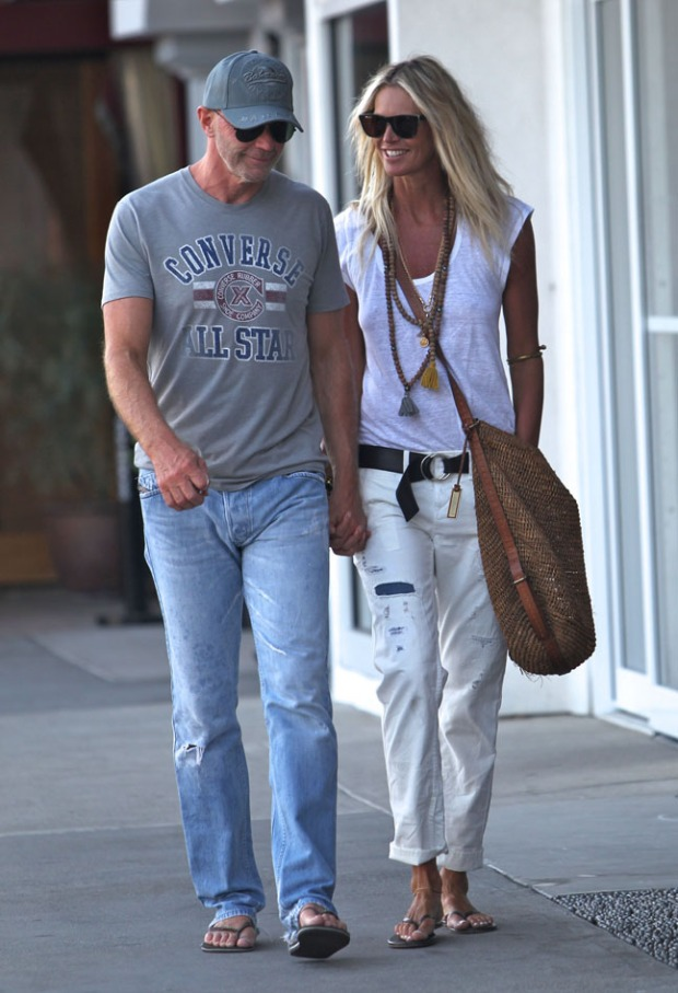 la-modella-mafia-Elle-Macpherson-model-off-duty-street-style-boho-chic-in-all-white-with-tassle-wood-bead-necklaces-221