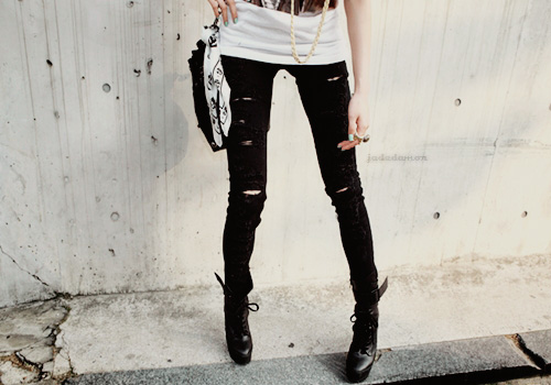 black-white-girl-jeans-legs-ripped-skinny