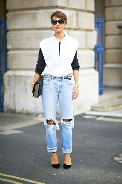 LOND-FASHION-WEEK-SS-2013-STREET-STYLE-BOYFRIEND-JEANS-RIPPED-TORN-CLUTCH-SLEEVELESS-TOP-NAVY-SWEATER-GOLD-CUFFS-VIA-ELLE-MAGAZINE