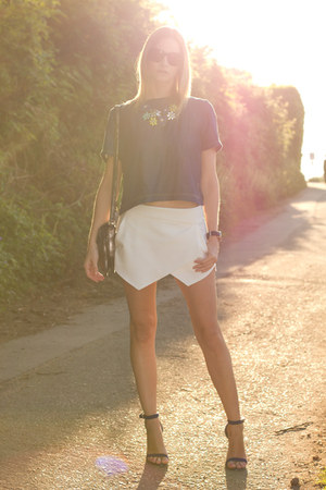 silver-botkier-bag-blue-guess-heels-white-zara-skirt-blue-zara-top