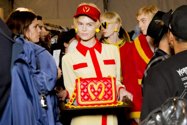 moschino-rtw-fw2014-backstage-22_200405118043.jpg_carousel_parties