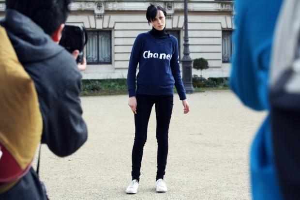Felpa-Chanel-e-jeans-per-Edie-Campbell_hg_temp2_m_full_l