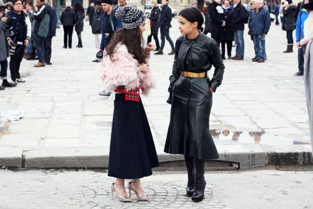 Miroslava-Duma-sfoggia-un-look-total-black-in-pelle-vivacizzato-dalla-cintura_hg_temp2_m_full_l