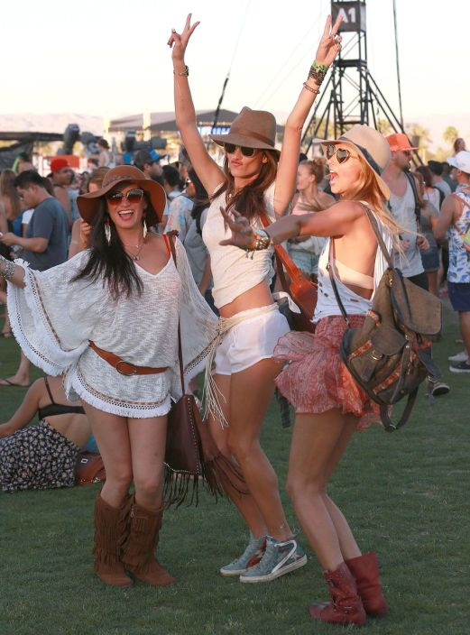 Alessandra-Ambrosio-enjoys-some-girl-time-at-Coachella-3403264